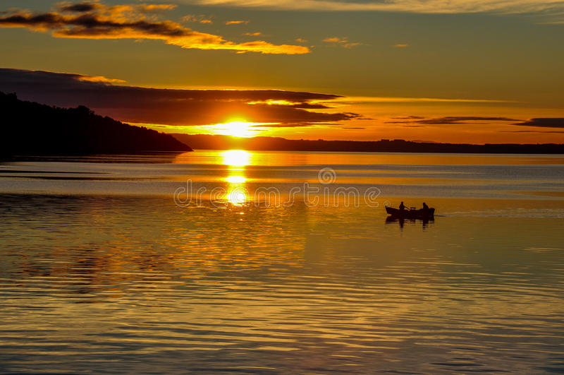 Tramonto sul lago Villarrica dalla spiaggia di Pucon, Cile fotografia stock