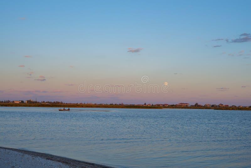 Tramonto sul litorale fotografie stock libere da diritti