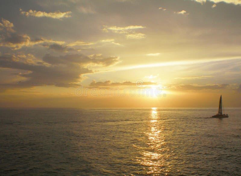 Tramonto sul mare con il catamarano fotografia stock