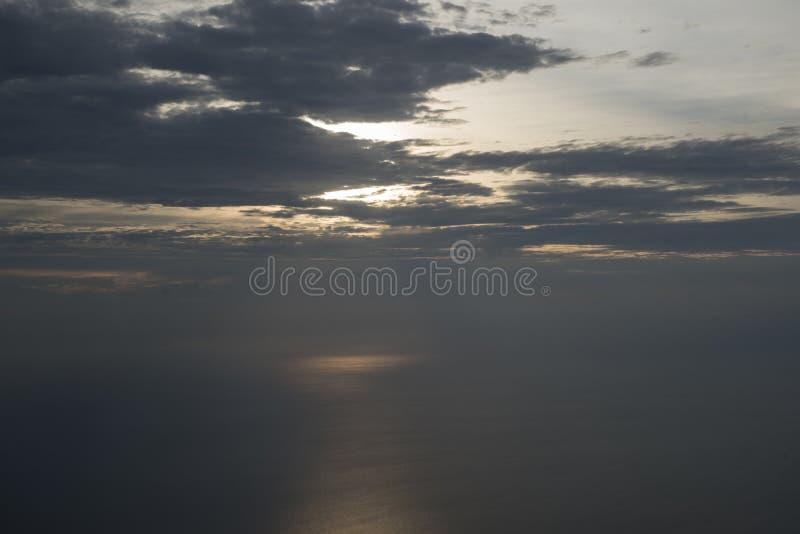 Tramonto sul mare visto da un aeroplano immagine stock
