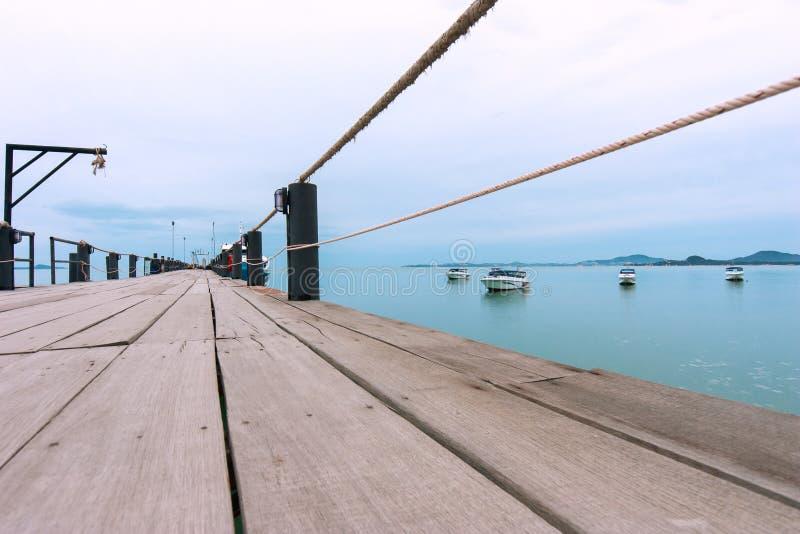 Tramonto sul pilastro Navi all'ancoraggio fotografie stock libere da diritti
