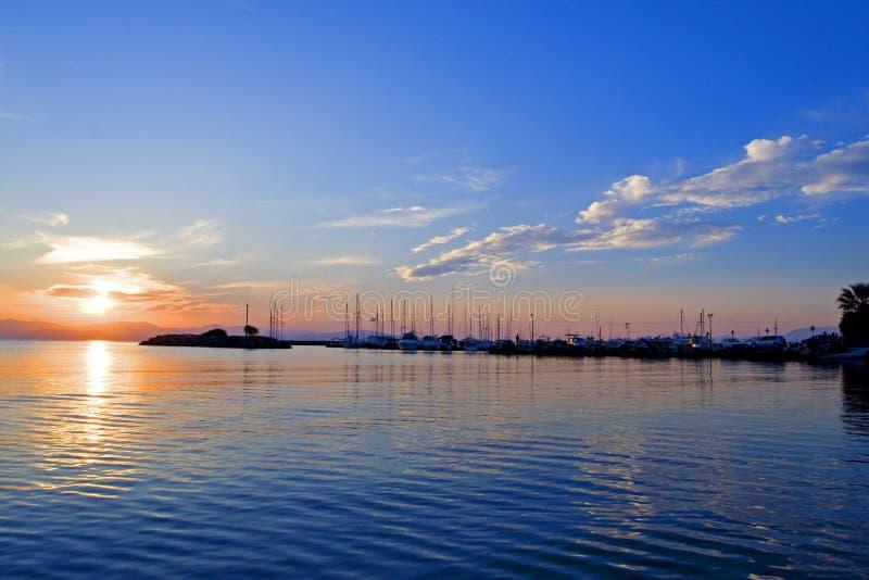 Tramonto sul pilastro sull'isola di Aegina in Grecia sul mar Mediterraneo fotografia stock