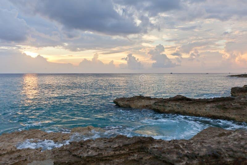 Tramonto sull'isola di Grand Cayman, Isole Cayman fotografia stock
