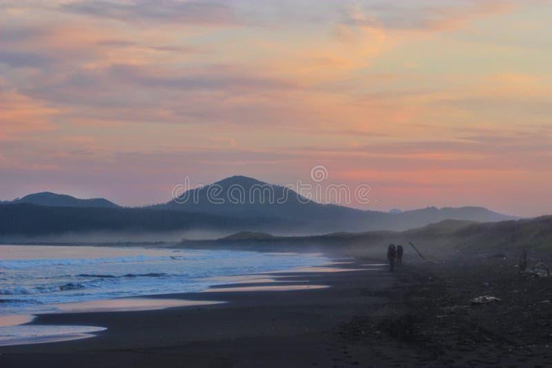 Tramonto sull'isola di Kunashir fotografia stock