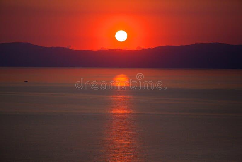 Tramonto sull'isola greca di Skiathos nel mar Egeo fotografia stock
