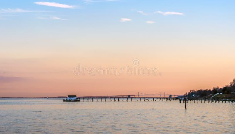 Tramonto sulla baia di Chesapeake con il ponte della baia fotografia stock libera da diritti