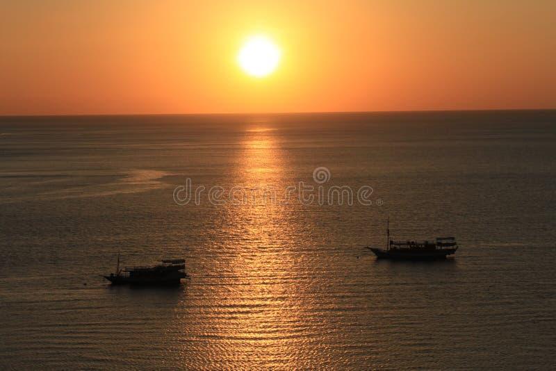 Tramonto sulla baia di Labuan Bajo, Nusa Tenggara, isola di Flores, Indonesia fotografia stock libera da diritti