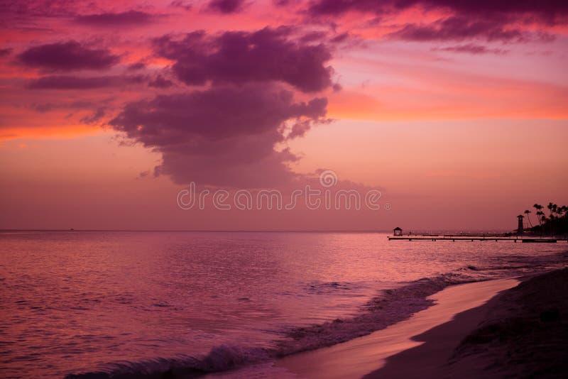 Tramonto sulla costa del mar dei Caraibi Tramonto domenicano fotografia stock libera da diritti