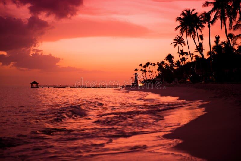 Tramonto sulla costa del mar dei Caraibi Tramonto domenicano fotografia stock