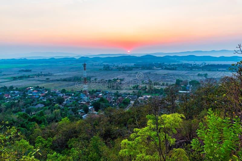 Tramonto sulla montagna in Chiang Rai, a nord di Thailan fotografia stock libera da diritti
