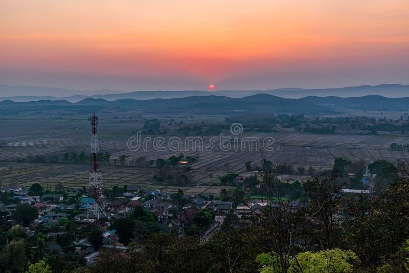 Tramonto sulla montagna in Chiang Rai, a nord di Thailan immagini stock libere da diritti