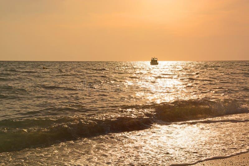 Tramonto sulla navigazione della barca e del mare sull'orizzonte Percorso soleggiato fotografie stock libere da diritti