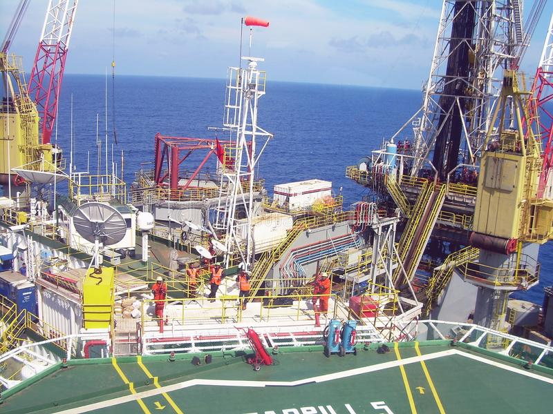 Tramonto sulla piattaforma dell'impianto offshore, mare Indonesia di Natuna fotografia stock libera da diritti