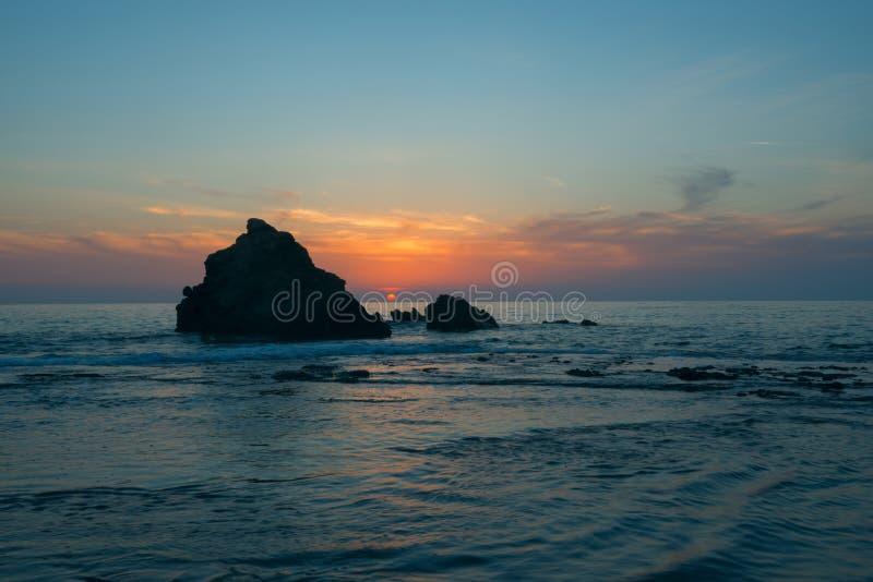 Tramonto sulla riva di mare fotografie stock libere da diritti