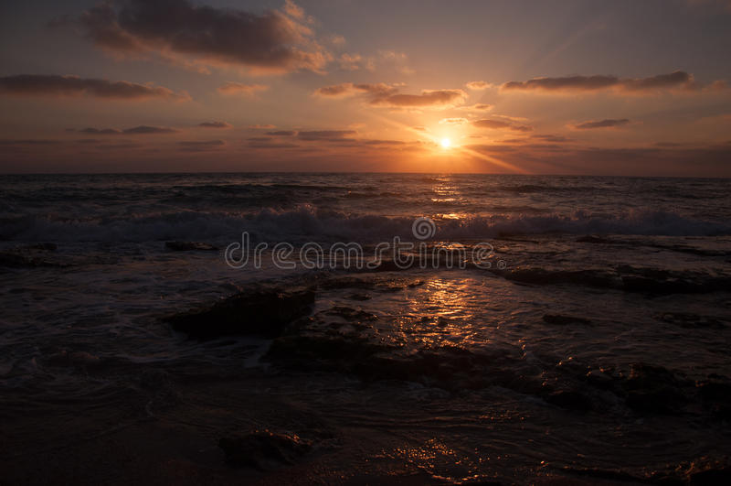 Download Tramonto sulla spiaggia immagine stock. Immagine di mare - 56887965