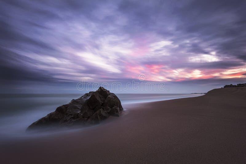 Tramonto sulla spiaggia immagine stock