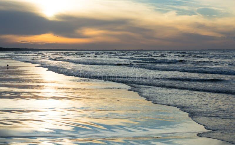 Tramonto sulla spiaggia ad estate fotografie stock
