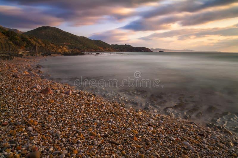 Tramonto sulla spiaggia dei ciottoli fotografie stock