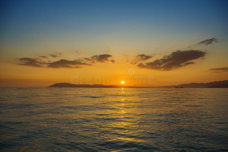 Tramonto sulla spiaggia dell'oceano fotografia stock