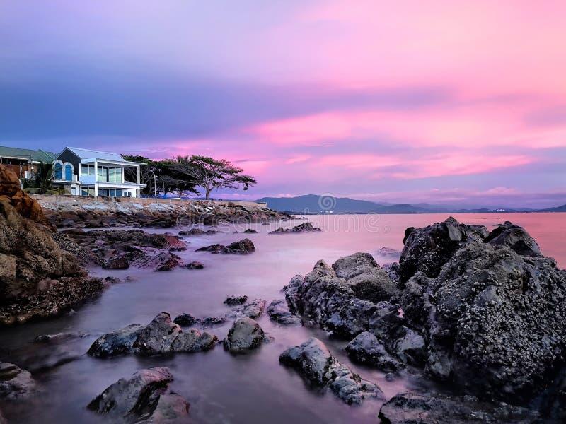 Tramonto sulla spiaggia della roccia fotografia stock