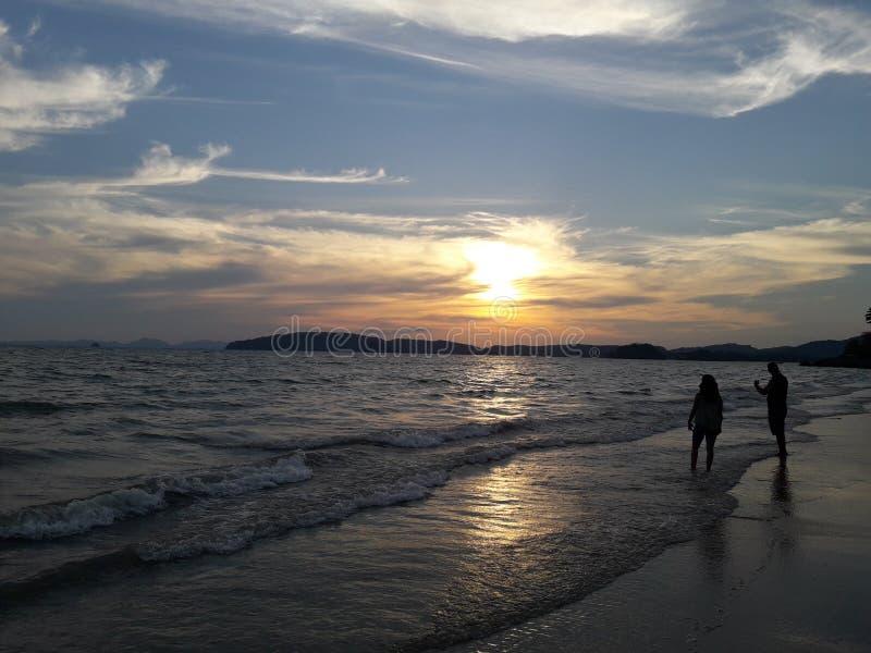 Tramonto sulla spiaggia di Ao Nang in Krabi, Tailandia fotografie stock libere da diritti