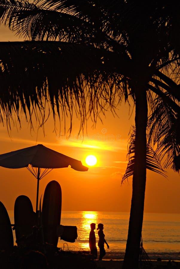 Tramonto sulla spiaggia di Kuta, Bali immagine stock libera da diritti