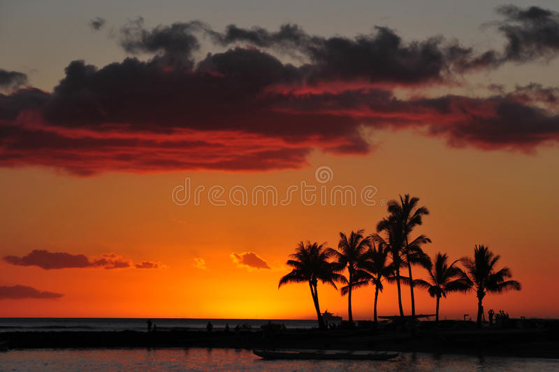 Tramonto sulla spiaggia di Waikiki immagini stock libere da diritti