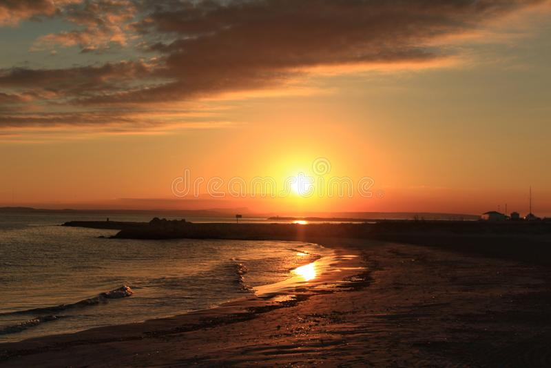 Tramonto sulla spiaggia in Santa Pola, Alicante Spagna immagini stock
