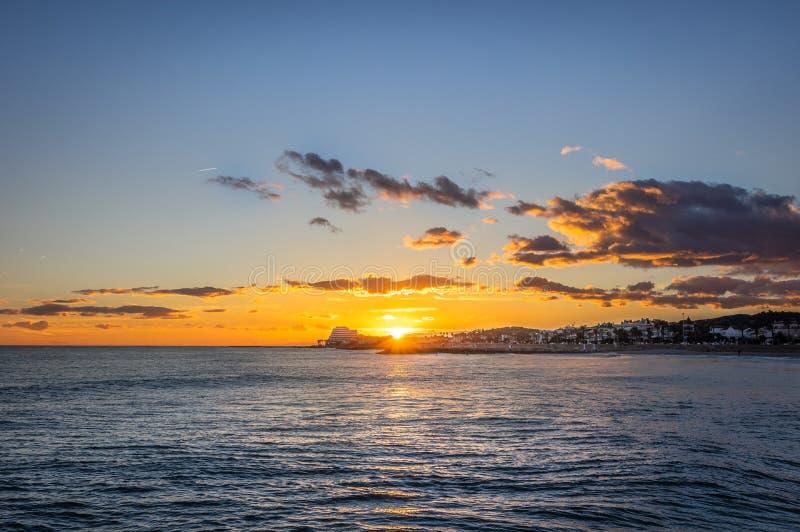 Tramonto sulla vacanza nel Mediterraneo Ora dorata dal mare Sitges, Spagna fotografie stock