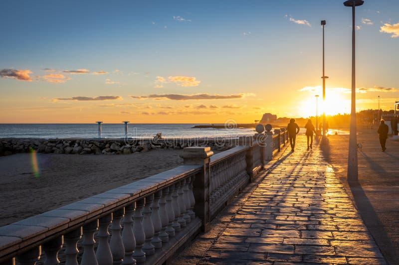 Tramonto sulla vacanza nel Mediterraneo Ora dorata dal mare Sitges, Spagna immagini stock libere da diritti