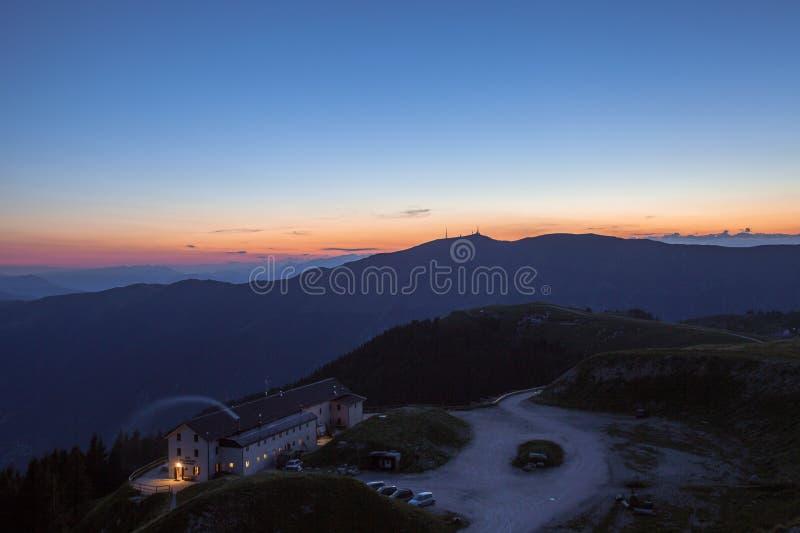 Tramonto sulla valle pre alpina con la capanna della montagna di Vittorio Veneto e dei laghi fotografie stock
