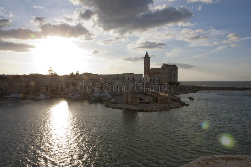 Tramonto sullacattedrale di Trani royaltyfria bilder