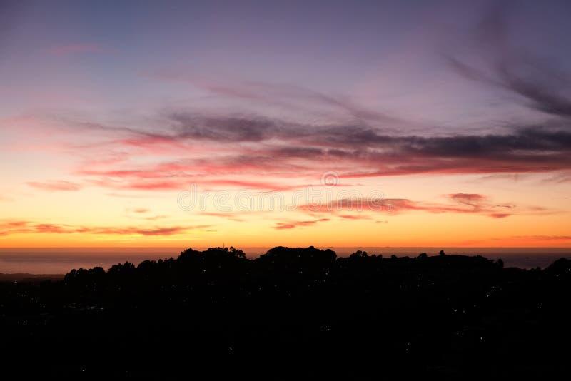 Tramonto sulle colline di San Francisco, cielo variopinto, dai picchi gemellati fotografie stock