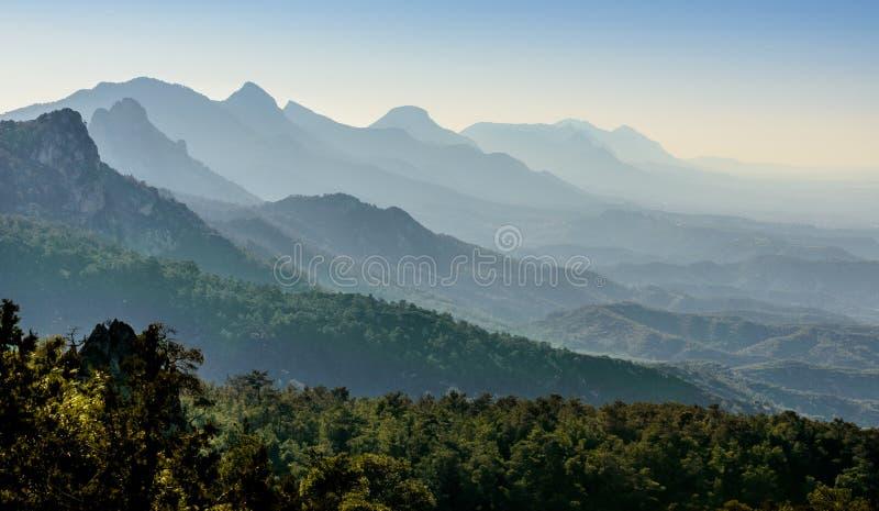 Tramonto sulle montagne di kyrenia, Cipro del Nord 2 fotografia stock libera da diritti