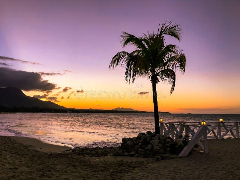 Tramonto in tonalit? gialle e porpora con una riflessione nel mare, Puerto Plata, Repubblica dominicana, i Caraibi immagine stock libera da diritti