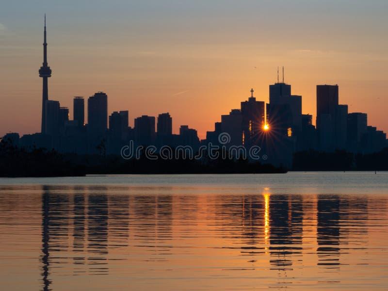 Tramonto a Toronto, Ontario, con la riflessione nel lago fotografia stock libera da diritti