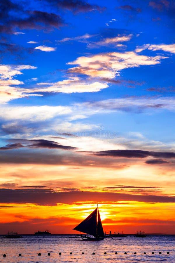 Tramonto tropicale stupefacente e siluetta della barca, Boracay fotografie stock