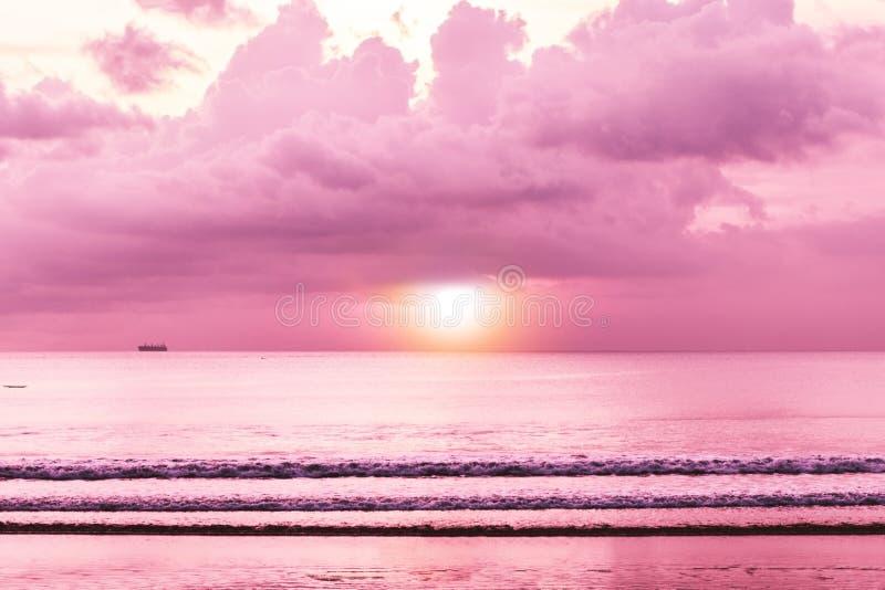 Tramonto tropicale variopinto, mare con il tramonto, carta da parati di vista della spiaggia immagine stock libera da diritti