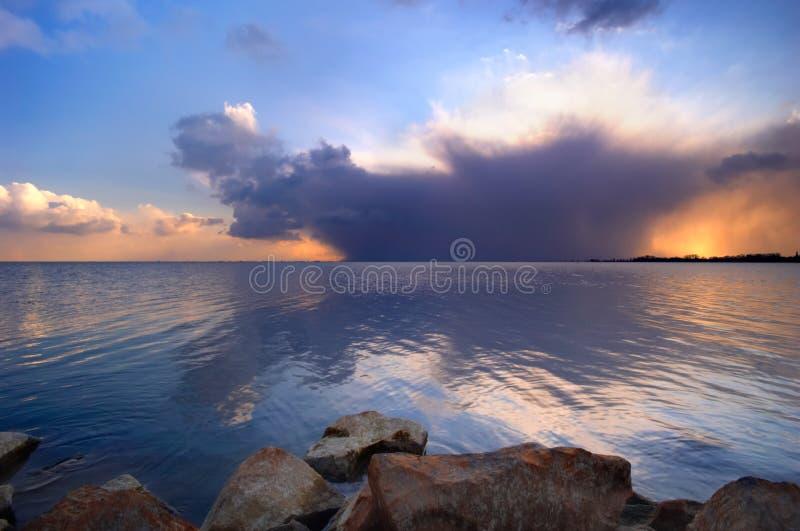 Tramonto in un lago fotografie stock libere da diritti