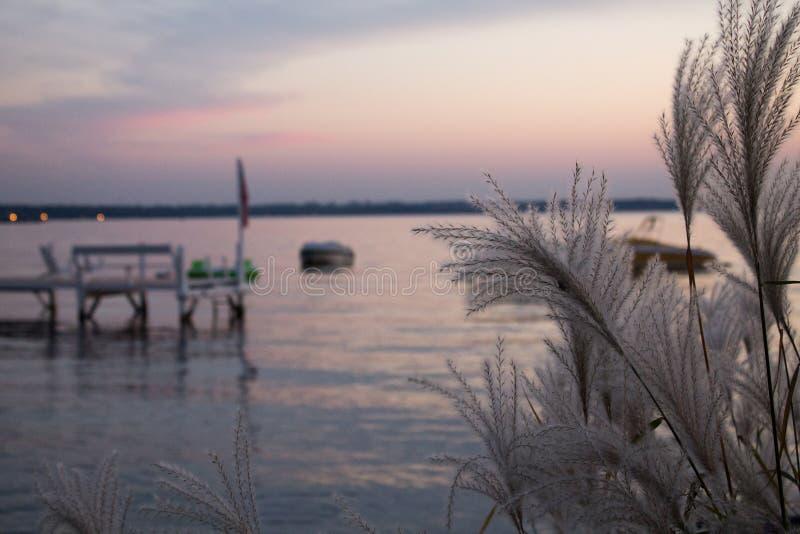 Tramonto in un lago fotografia stock