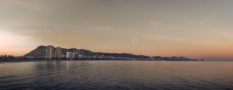 Tramonto in un paesaggio urbano mediterraneo immagini stock