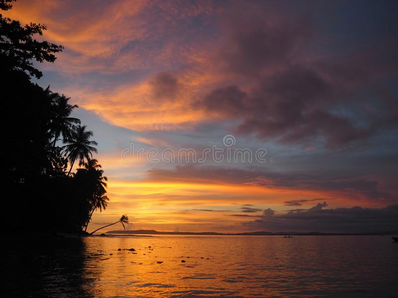 Tramonto in una spiaggia delle isole di Mentawai, Indonesia fotografie stock