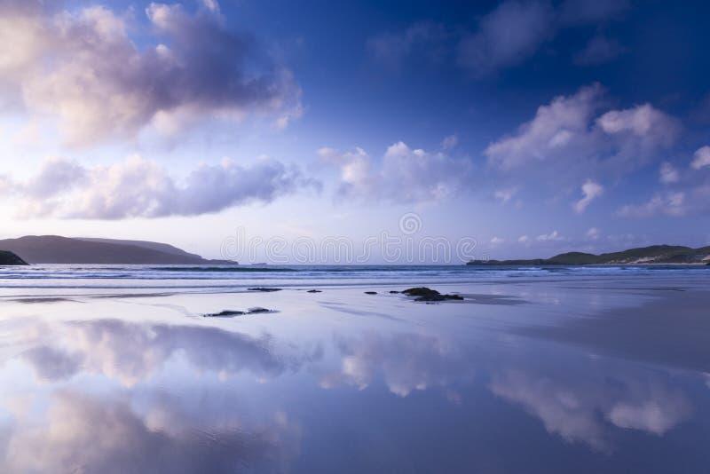 Tramonto variopinto alla spiaggia scozzese fotografia stock libera da diritti