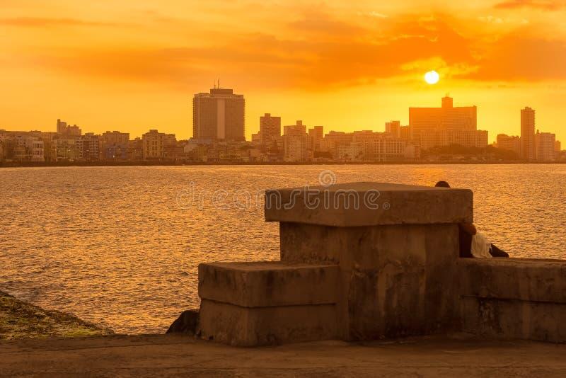 Tramonto variopinto a Avana con l'argine di EL Malecon immagini stock libere da diritti