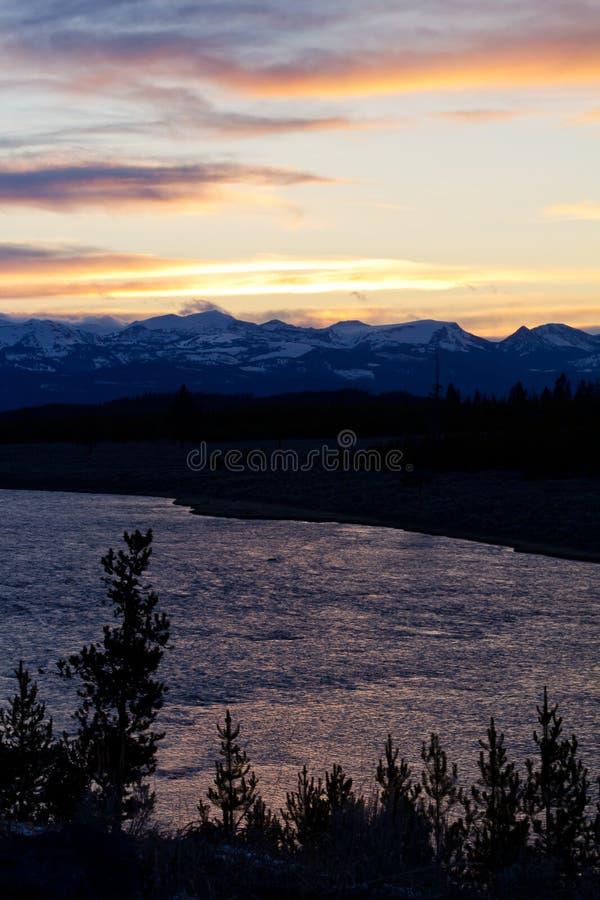Tramonto variopinto del Yellowstone sopra il fiume immagini stock libere da diritti