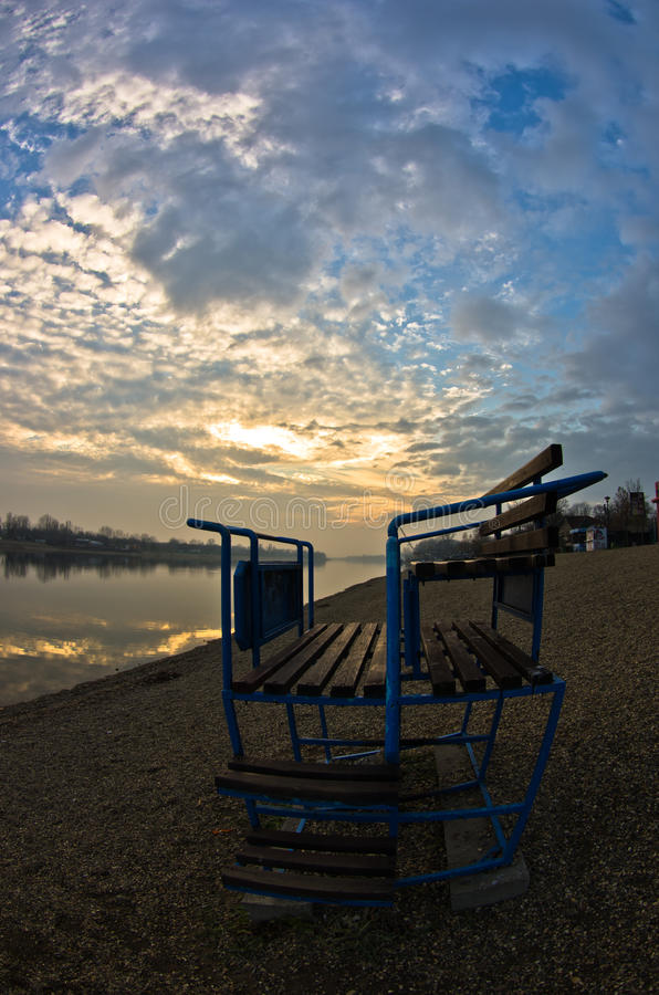 Tramonto variopinto di autunno su un lago con le riflessioni drammatiche del cielo, lago Ada, Belgrado immagini stock libere da diritti