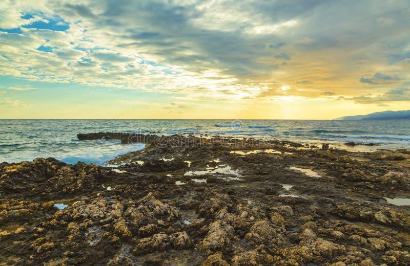 Tramonto variopinto di estate dalla costa di Creta Grecia , Mar Mediterraneo, Europa fotografie stock