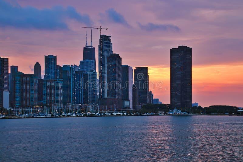 Tramonto variopinto di sera sopra l'orizzonte di Chicago con le costruzioni di vecchia, nuova e costruzione corrente fotografia stock libera da diritti