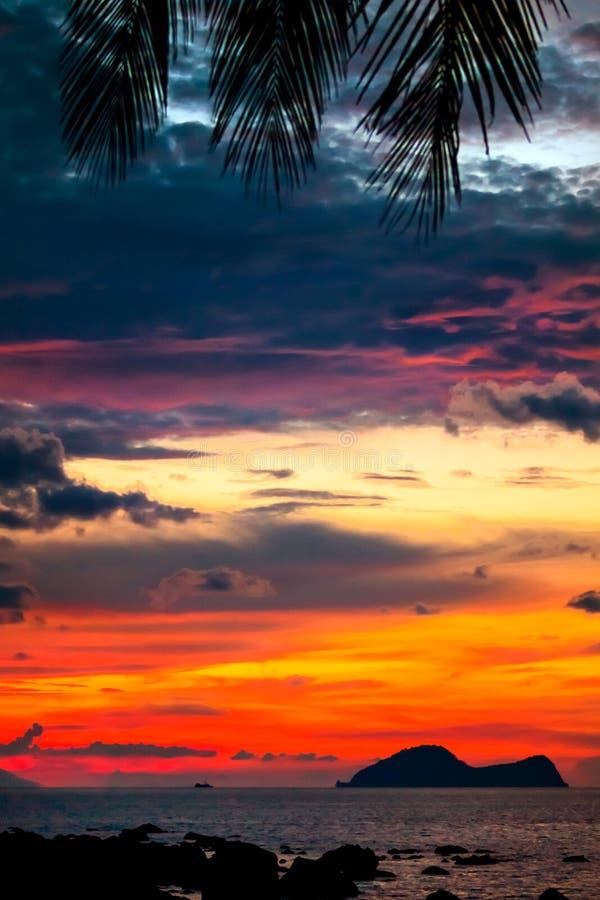 Tramonto variopinto nella baia famosa di Damai nel sud-ovest Borneo fotografia stock libera da diritti