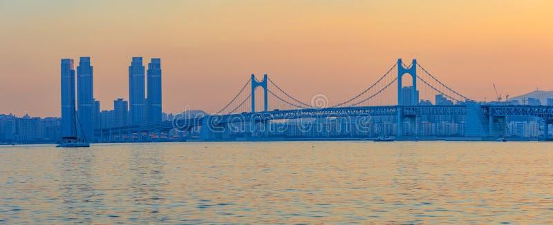 Tramonto variopinto sopra Gwangandaegyo (Diamond Bridge), un ponte sospeso, città di Busan, Corea fotografia stock
